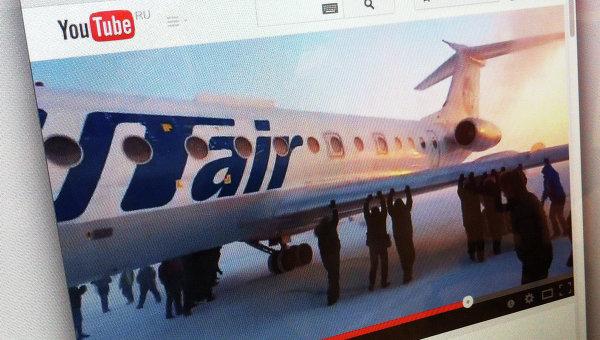Кадр из видео, на котором пассажиры толкают самолет ТУ-134 в аэропорту Игарки
