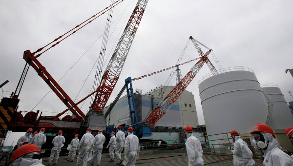 Рабочие возле АЭС Фукусима-1. Архивное фото