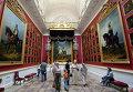 Посетители осматривают произведения искусства в одном из залов Государственного Эрмитажа