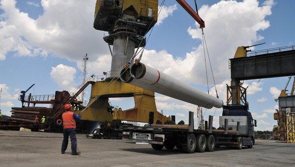 Разгрузка труб для Морского газопровода Южный поток для складирования в порту Бургас, Варна