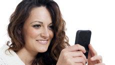 Девушка с мобильным телефоном. Архивное фото