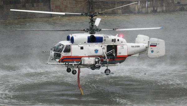 Пожарный вертолет КА-32А набирает воду из реки Москвы. Архивное фото