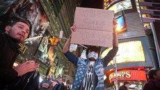 Протестующие на Таймс-сквер после решение большого жюри по делу Эрика Гарнера в Нью-Йорке
