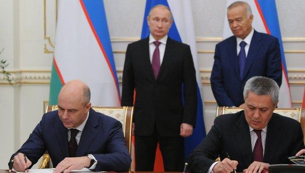 Президент России Владимир Путин и президент Узбекистана Ислам Каримов на церемонии подписания совместных документов в государственной резиденции Куксарой в Ташкенте. 10 декабря 2014