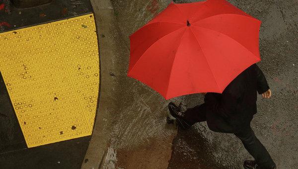 Пешеход с красным зонтом. Архивное фото
