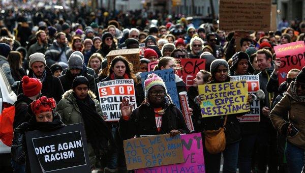 Марш протеста против насилия полицейских в Нью-Йорке, США