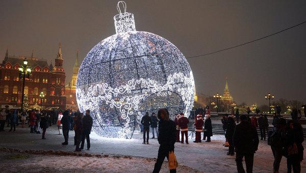 Гигантский елочный шар на Манежной площади. Архивное фото