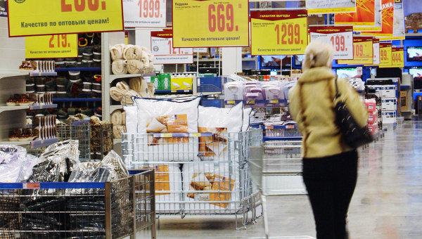 Покупательница выбирает товар в торговом центре Метро в Калининграде. Архивное фото