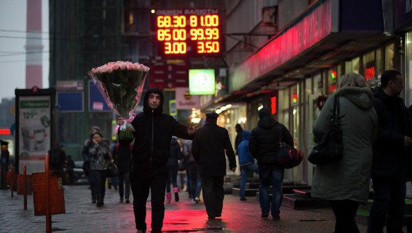 Табло с курсом валют у входа в один Табло с курсом валют у входа в один из обменных пунктов в Москве. 16 декабря 2014