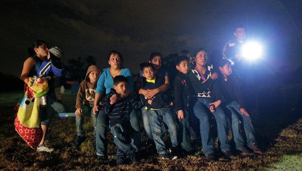 Нелегальные мигранты из Латинской Америки, задержанные при незаконном пересечении мексиканской границы в США, архивное фото.