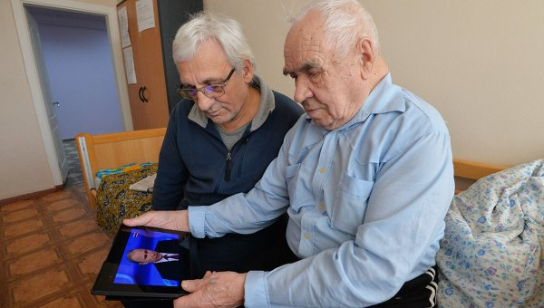Пенсионеры с планшетом. Архивное фото