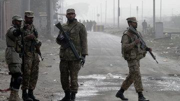 Солдаты у дороги, ведущей к тюрьме в Пакистане, накануне смертных казней. 20 декабря 2014