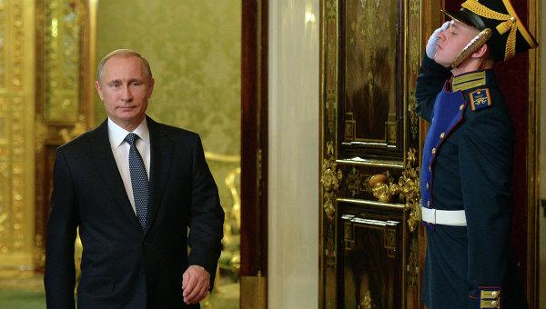 Президент России Владимир Путин на церемонии встречи гостей перед началом заседания Совета коллективной безопасности Организации Договора о коллективной безопасности