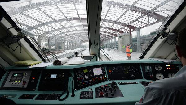 Вид из кабины машиниста на одном из участков Малого кольца Московской железной дороги. Архивное фото