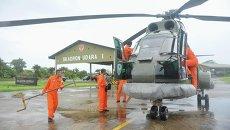 Индонезийский вертолет готовится вылететь на поиски пропавшего самолета компании Air Asia, 28 декабря 2014