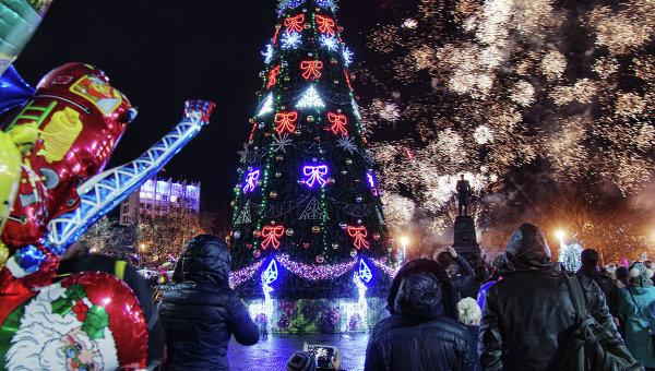 Горожане возле главной елки Севастополя