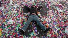 Житель Нью-Йорка на Таймс-сквер во время празднования Нового года