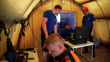 Спасатели МЧС РФ принимают участие в поисках на месте крушения самолета AirAsia, 6 декабря 2015