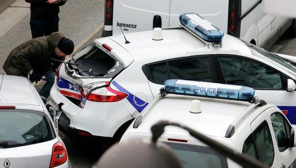 Автомобили полиции на месте стрельбы возле офиса издания Charlie Hebdo в Париже