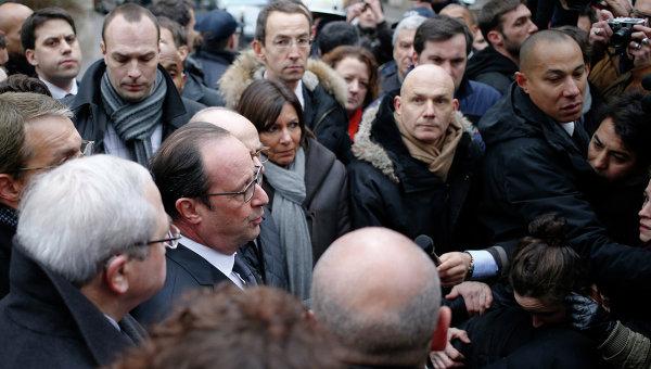 Президент Франции Франсуа Олланд общается с прессой возле офиса издания Charlie Hebdo в Париже