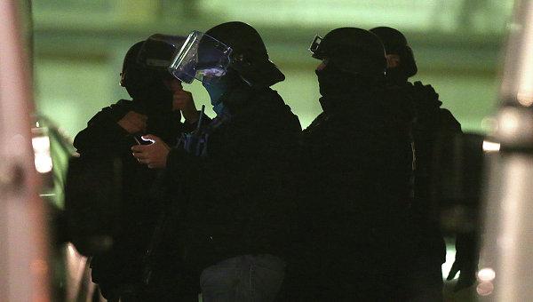 Полицейский спецназ в пригороде Парижа