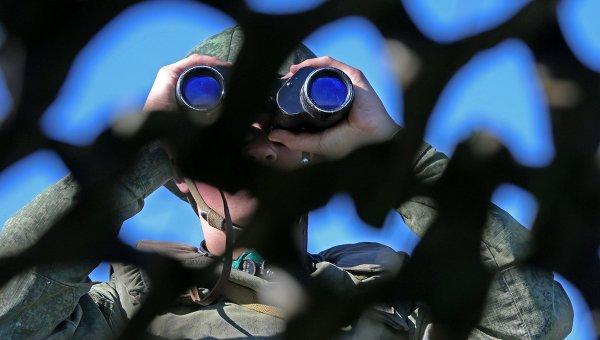 Военный смотрит в бинокль. Архивное фото