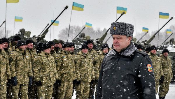 Президент Украины Петр Порошенко проходит перед строем солдат. Архивное фото
