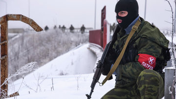 Ополченец патрулирует дорогу в районе аэропорта Донецка. Архивное фото