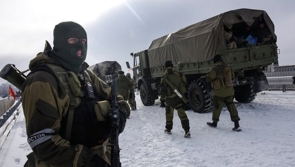 Ополченцы патрулируют дорогу в районе аэропорта Донецка. Архивное фото