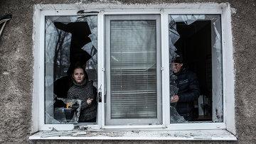 Жители Донецка в своей квартире после обстрела украинской артиллерией