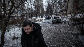 Женщина на улице в Донецке после обстрела украинскими силовиками. Архивное фото