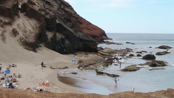 Ля Техита - натуристский пляж под скалами горы Монтанья Роха