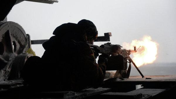 Боец Правого сектора ведет огонь из пулемета по позициям ополченцев под Донецком, Украина. Архивное фото