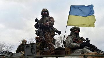 Украинские военные на бронетранспортере в районе Дебальцево, Донецкая область. Архивное фото