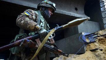 Украинский солдат с гранатометом во время боя около поселка Пески, Донецкая область. 21 января 2015