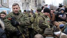 Глава ДНР Александр Захарченко на месте обстрела остановки в Донецке. 22 января 2015