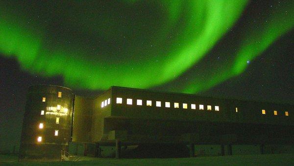 Северное сияние над куполом научной станции в Антарктиде. Архивное фото.