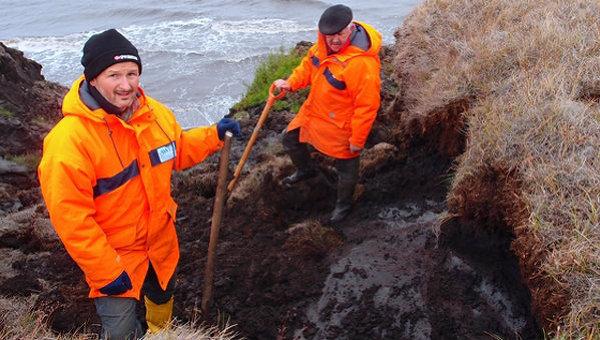 Александр Деревягин и Ханно Мейер изучают почву на острове Муостах в дельте реки Лены