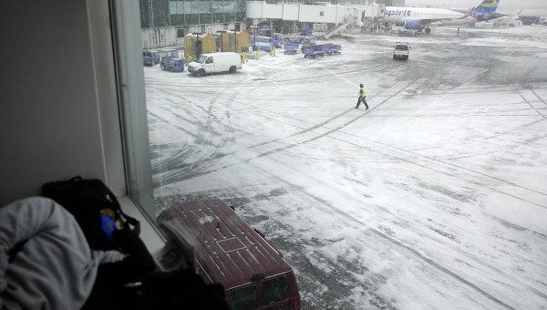 Заснеженный аэропорт, архивное фото