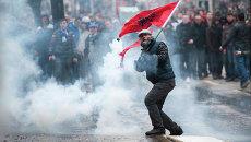 Участник акции протеста во время столкновений с полицией в Приштине, Косово. 27 января 2015 год