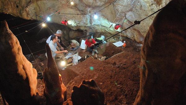 Авторы статьи во время раскопок в пещере Мано