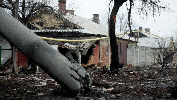 Разрушенный в результате обстрела частный жилой дом в районе Донецка. Архивное фото