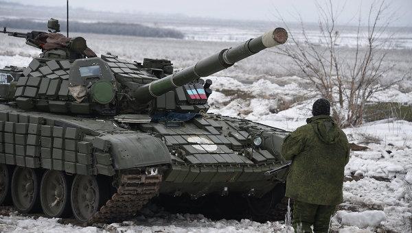 Танк ополчения ДНР на блок-посту в Енакиево, 25 км от Дебальцево, Донецкая область. Архивное фото
