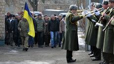 Призывники в украинскую армию и военный духовой оркестр на одном из призывных пунктов в Киеве. Архивное фото