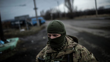 Украинский солдат стоит на дороге между Дебальцево и Артемовском, в Донецкой области, 2 февраля 2015.