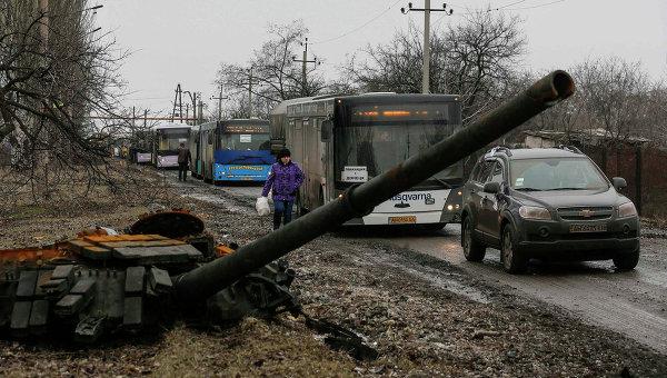 Пустые автобусы на пути в Дебальцево. Углегорск, Восточная Украина. 6 февраля 2015 год