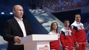 Президент России Владимир Путин выступает перед началом ледового шоу Сочи. Город после Игр во Дворце зимнего спорта Айсберг в Сочи