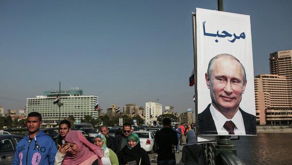 Плакат с президентом России Владимиром Путиным на улице Каира. Архивное фото