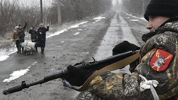 Местные жители приветствуют ополченцев в Углегорске. Архивное фото