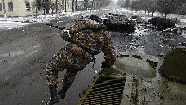 Ополченец в районе Дебальцево, архивное фото
